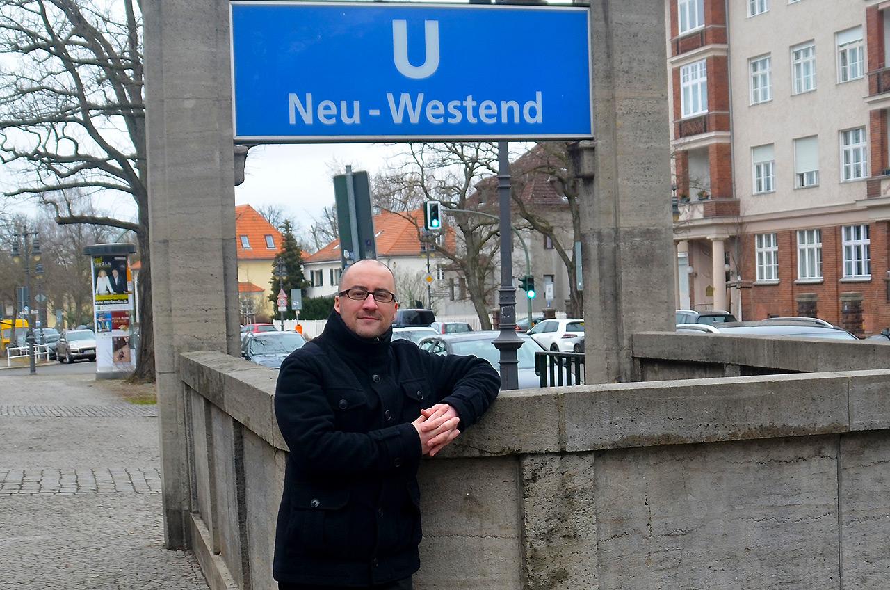 Alexander Sempf vor dem U-Bahnhof Neu-Westend