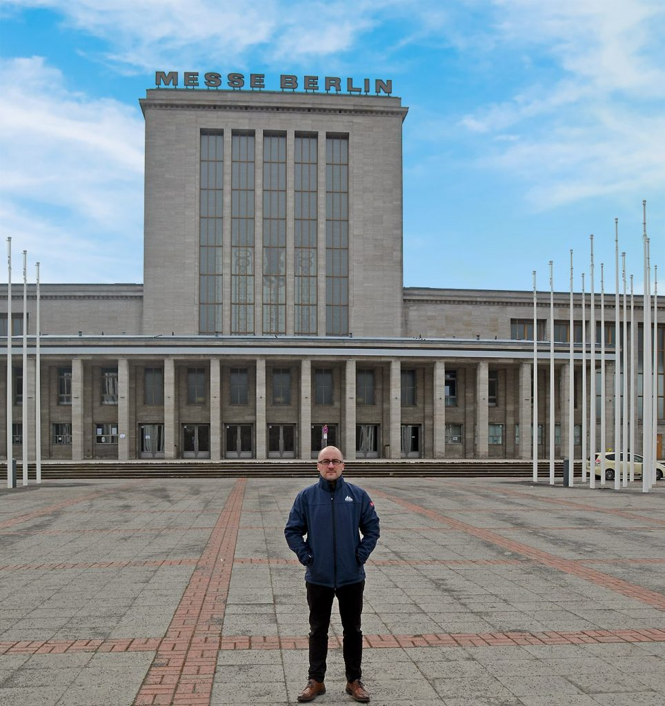 Foto: Alexander Sempf vor der Messe Berlin