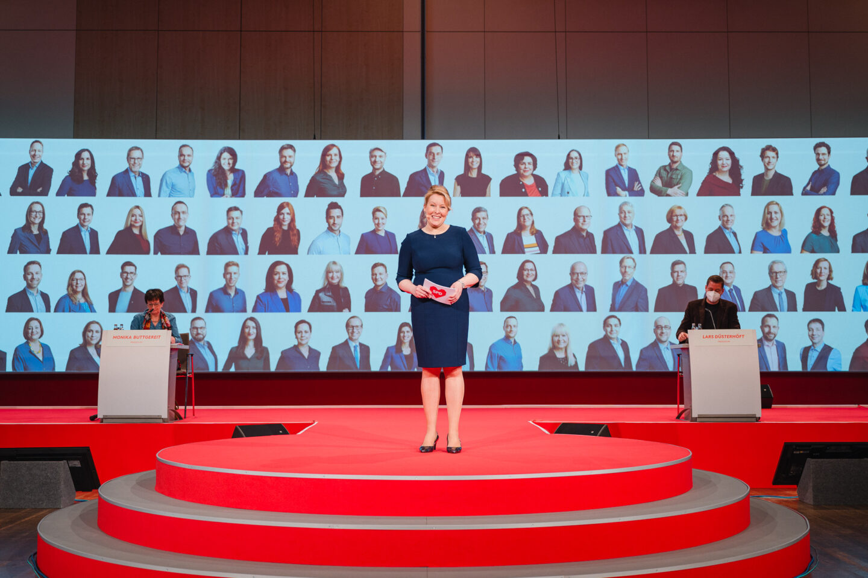 Franziska Giffey vor Kandidatenfotos, Foto: Nils Hasenau